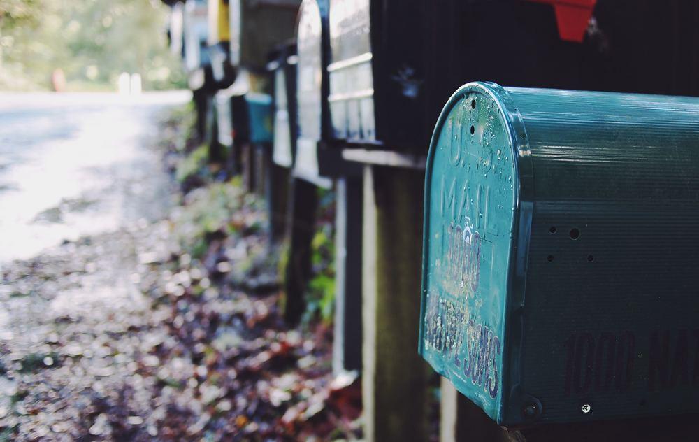 Gled vennerne med en pakke i posten